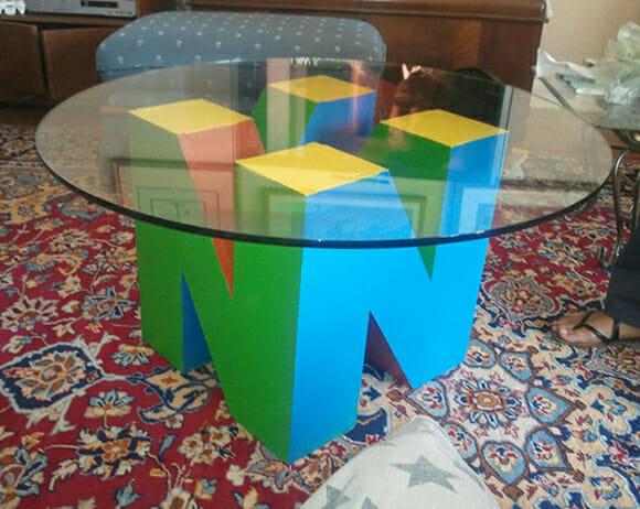 Mesa de centro tem formato do logotipo do Nintendo 64