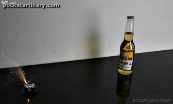 Miniatura de Canhão abre qualquer garrafa com extrema facilidade. BUUUUUM!!! (vídeo)