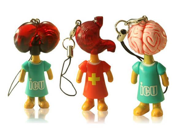 Pingentes bizarros em forma de bonecos com cabeças de órgãos humanos. Eca!