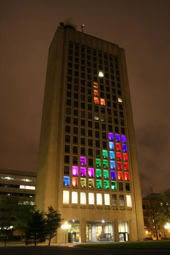 Prédio nos EUA é transformado em jogo gigante de Tetris! (vídeo)
