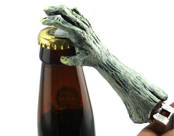 Zumbi dá literalmente uma mãozinha na hora de abrir as garrafas