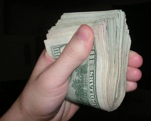 Garota publica foto de maço de dinheiro no Facebook e é roubada poucas horas depois