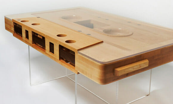 Mesa de centro tem formato de fita cassete