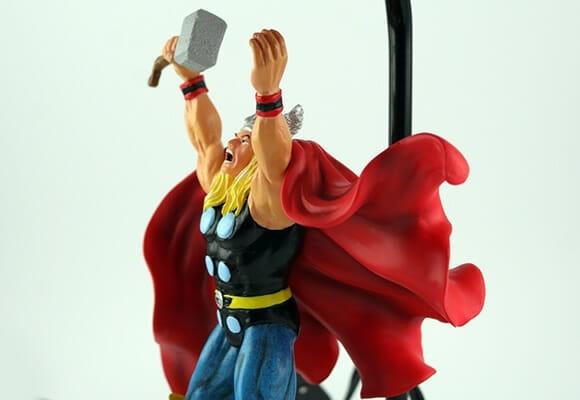 Com um abajur do Thor no seu quarto até o seu criado mudo irá falar: Woww!!
