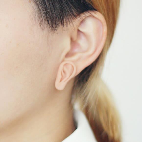 Brincos bizarros em forma de orelha