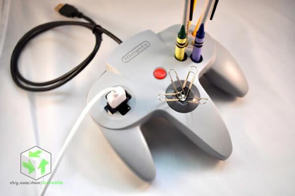 Porta-canetas feitos com controles de videogame reciclados