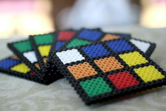 Porta-copos Cubo Mágico pra decorar a mesa dos geeks