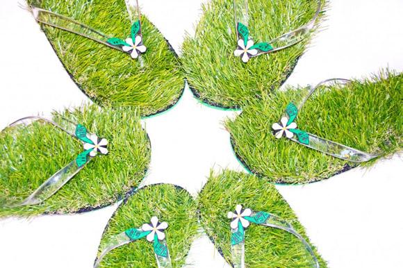 Chinelo vem com grama na palmilha para você se sentir relaxado