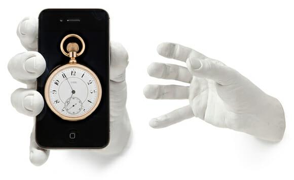 """Suporte criativo te dá literalmente uma """"mãozinha"""" segurando seu iPhone pra você"""