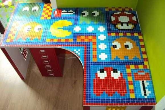 Mesa de trabalho decorada com mosaico do Pac-Man
