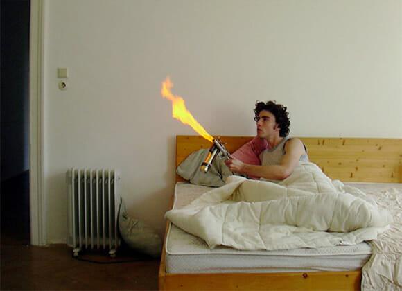 """Lança-chamas assassino ajuda a acabar com as moscas e outros insetos de um jeito """"carinhoso"""""""