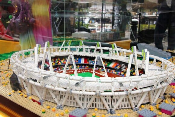 Artistas recriam Parque Olímpico de Londres com 250 mil peças de LEGO (vídeo)