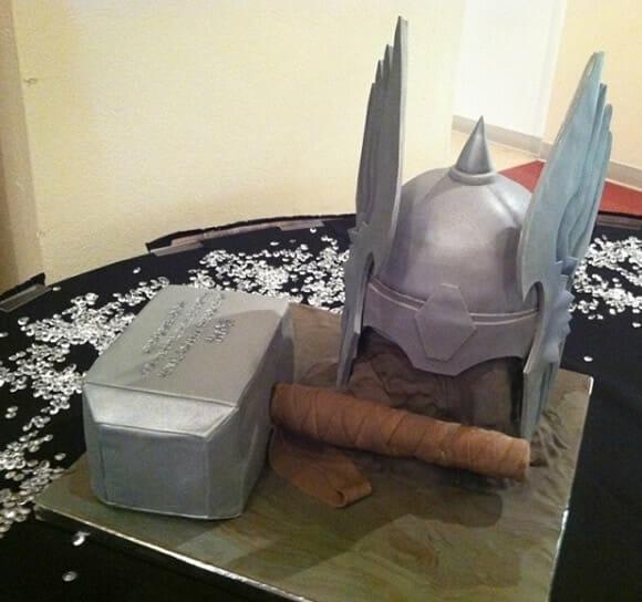 Cozinha geek: Bolo em forma do capacete e martelo de Thor