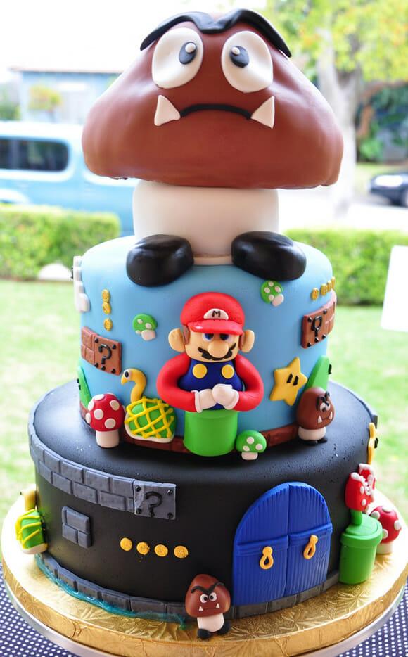 Bolo do Super Mario tem um grande Goomba em seu topo