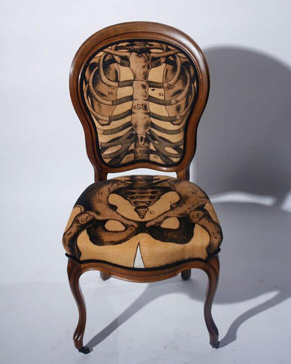 Cadeiras imitam esqueleto e outras partes do corpo humano