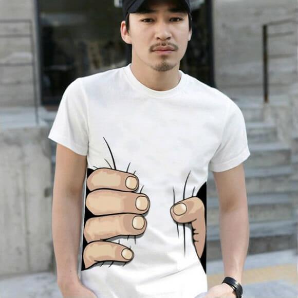 Camiseta divertida tem estampa de mãos gigantes agarrando a cintura