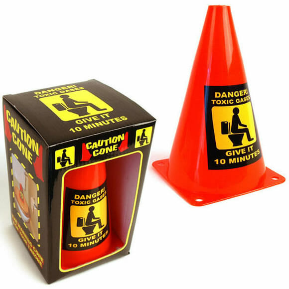 Cone de sinalização bizarro alerta pessoas sobre o mau cheiro do banheiro