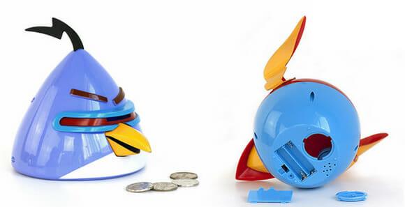 Cofrinhos do Angry Birds Space mexem o bico e reproduzem música quando inserimos moedas