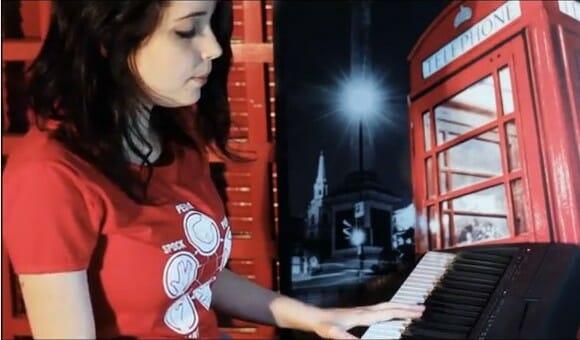 Brasileira brilha cantando Soft Kitty de The Big Bang Theory tocada no piano