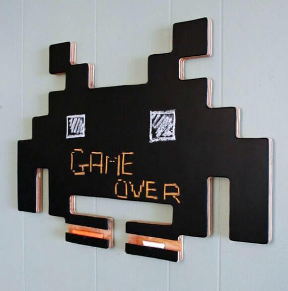 Lousa Space Invaders para deixar recados geeks