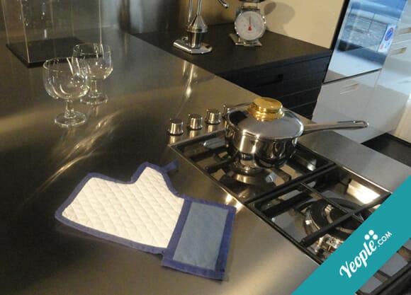 Luva de cozinha imita a mãozinha do curtir do Facebook
