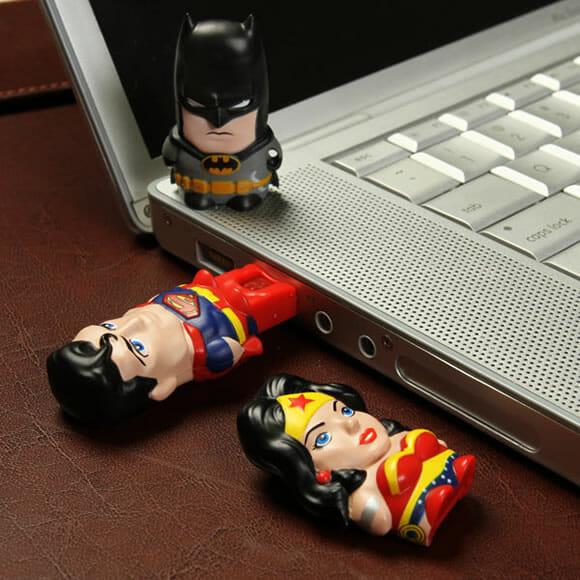 Leitores de cartão de memória do Batman, Superman e Mulher Maravilha da MimoMicro