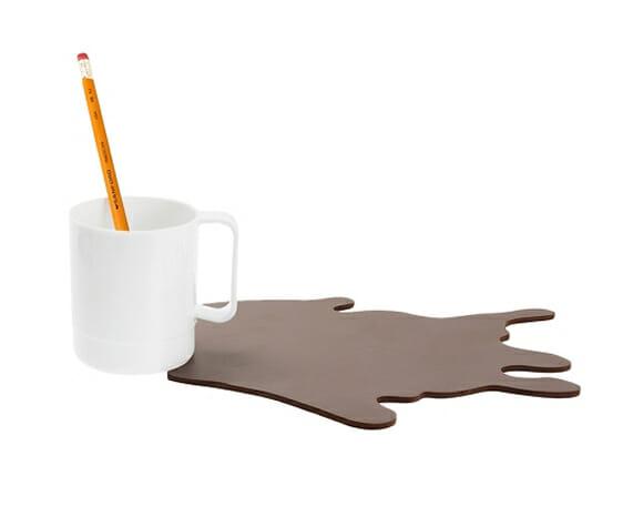 Mousepad e Porta-canetas criativo tem aspecto de caneca com café derramado