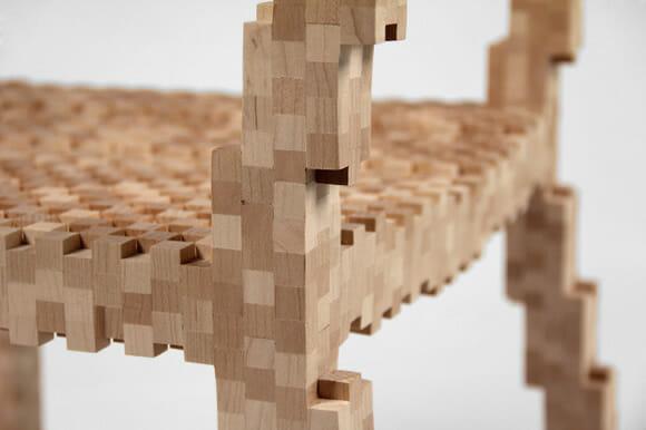 """Pixel Chair - A cadeira formada por muitos """"pixels"""" de madeira"""