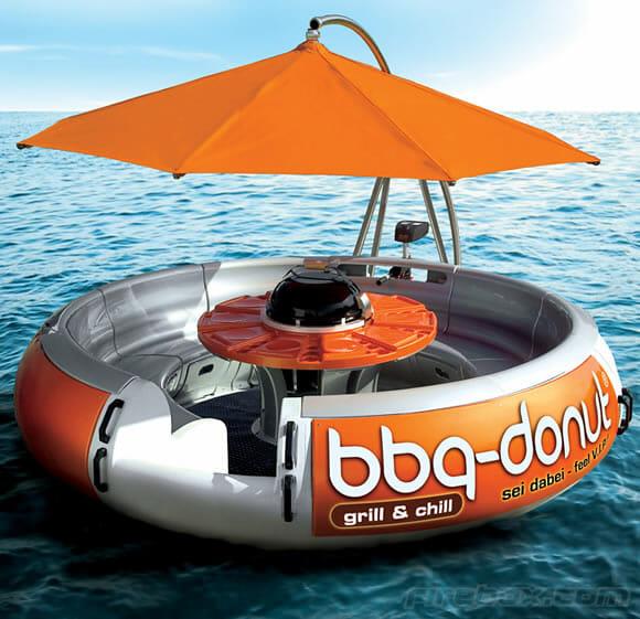 Bote enorme equipado com churrasqueira leva a festa pra dentro d'água!