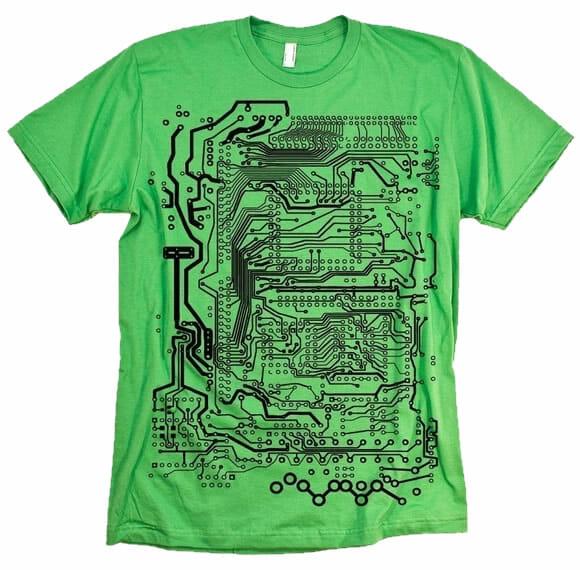 7a9b07b7aab Está pensando em turbinar seu guarda-roupa  Olha só que legal esta camiseta  que encontramos! A camiseta traz como estampa uma imagem de trilhas de  placas de ...