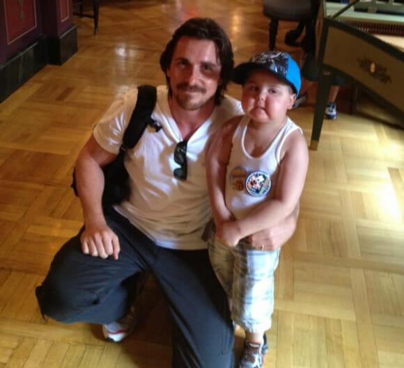 Ator Christian Bale que interpretou Batman realiza sonho de criança com câncer terminal