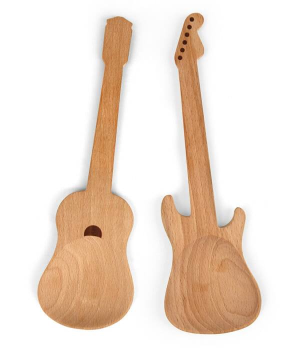 Colheres de madeira em forma de guitarra e violão