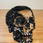 Dead Media - Um crânio gigante feito com fitas VHS recicladas