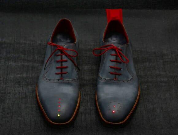 Designer inventa sapatos equipados com GPS que indicam direção e distância até o destino