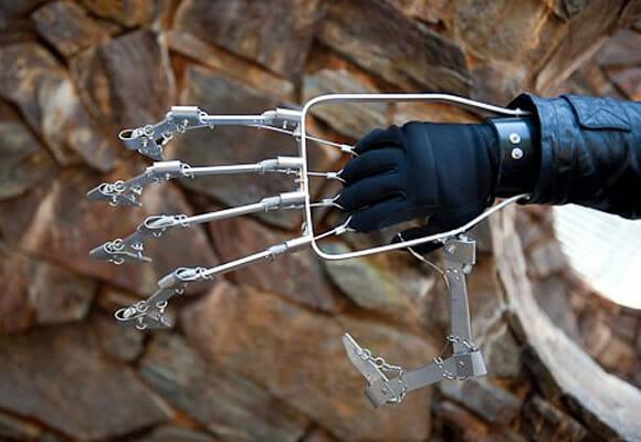 Homem constrói mão mecânica funcional incrível utilizando apenas peças de metal