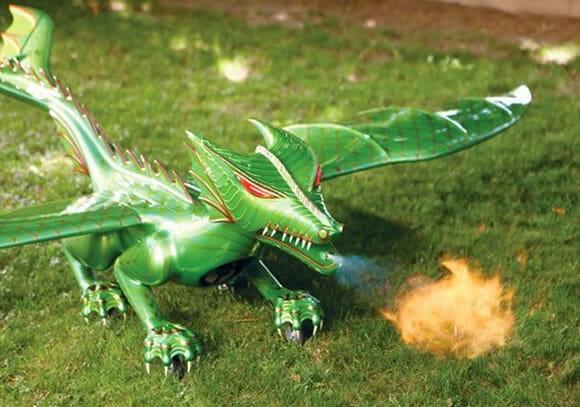 Homem constrói Dragão controlado por controle remoto que voa e solta fogo
