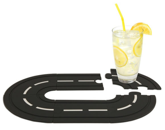 Porta-copos que imitam pista de corrida podem ser interligados quando não estão em uso