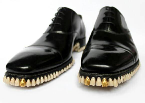 Sapatos bizarros tem um monte de dentes em sua sola