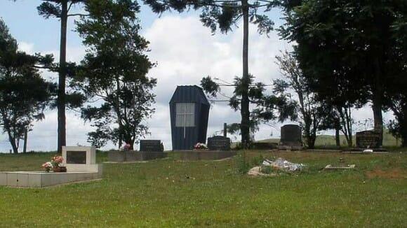 Cemitério australiano tem banheiro em formato de caixão