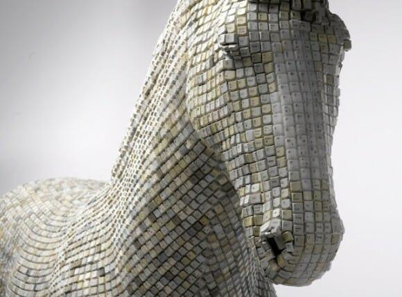 Artista cria escultura do Cavalo de Troia feita com teclas de computador