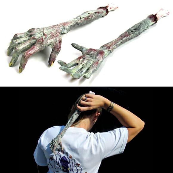 Mãozinha zumbística - Mão de zumbi ajuda a coçar as costas