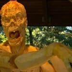 Abóbora gigante é transformada em escultura de zumbi incrivelmente realista