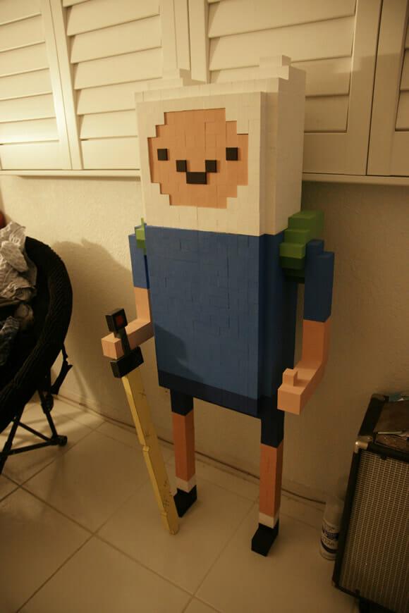 É Hora de Aventura com a estátua pixelizada do Finn