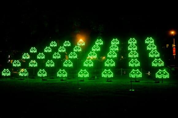 Green Invaders - Space Invaders verdes luminosos invadem cidades