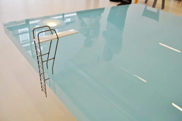 Mesa divertida se parece com uma piscina