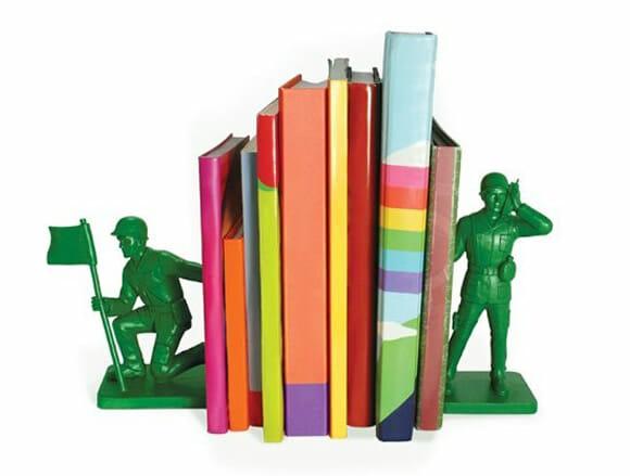 Bagunça na estante de livros? Recrute soldados de plástico verdes como porta-livros!