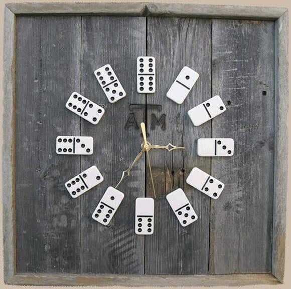 Relógio de parede feito com peças de dominó