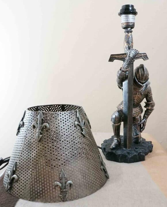 Decoração épica no quarto: Abajur cavaleiro medieval
