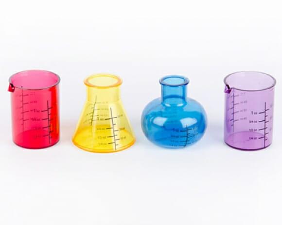 Copos shot em forma de equipamentos de laboratório