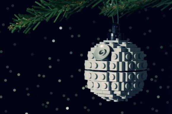 Enfeites feitos com peças LEGO para deixar a árvore de Natal mais geek